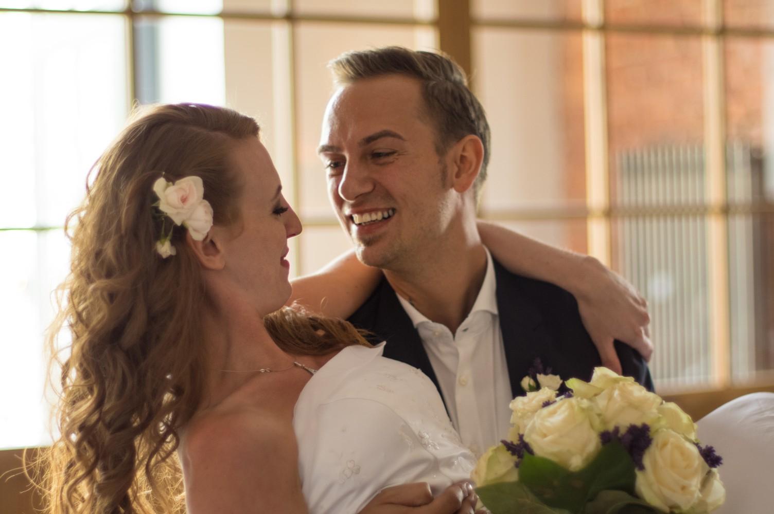 Brautstrauß und Haarschmuck von Blumenfein